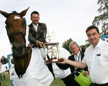 Patrick Spitz reçoit la coupe des mains de Patrick Cassany et Jean-Guy Gillet./ Photo DDM, Gérard Gouyou.